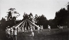 CH-6_Kallista_School_Fate,_Maypole_performed_by_school_children_at_Grendon.jpg